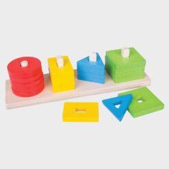 ξύλινο δισκάκι με πολύχρωμα σχήματα που στιβάζονται περνώντας σε στύλους