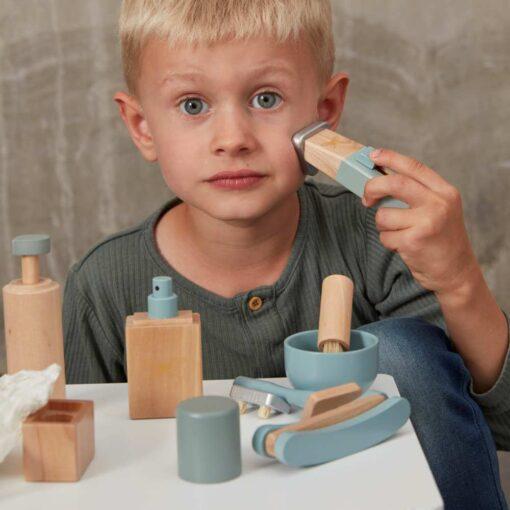αγοράκι που παίζει με το ξύλινο σετ ξυρίσματος